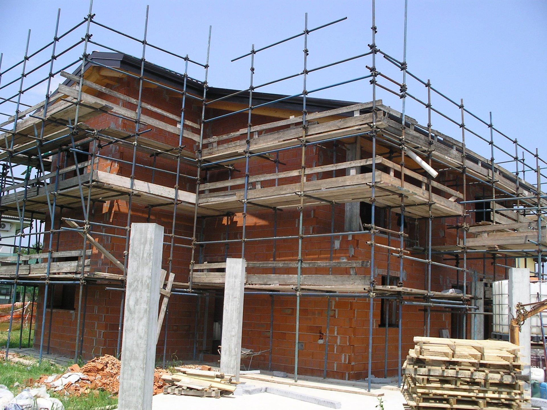 casa durante ristrutturazione con ponteggi