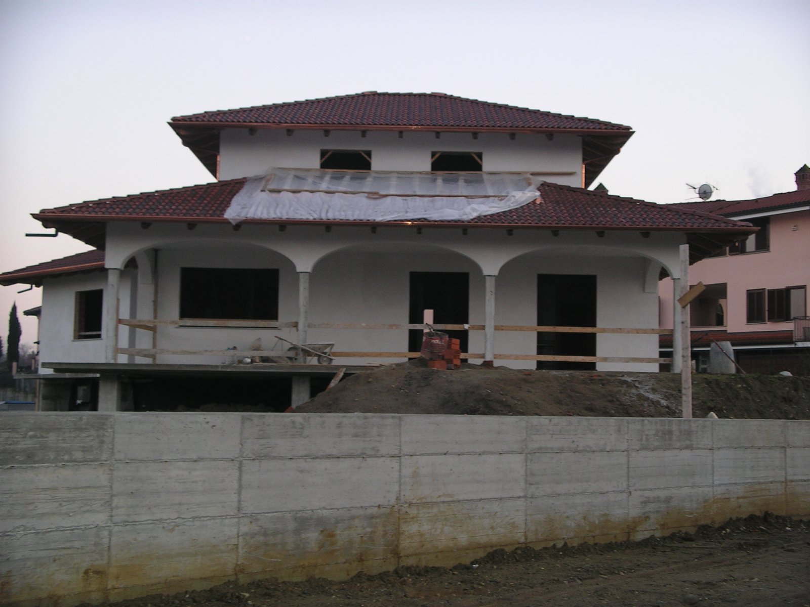 vista frontale di una casa bianca durante ristrutturazione