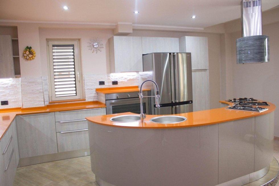 cucina componibile arancione