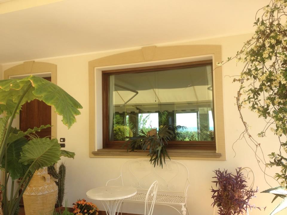 divanetto in ferro battuto bianco un tavolino e una finestra