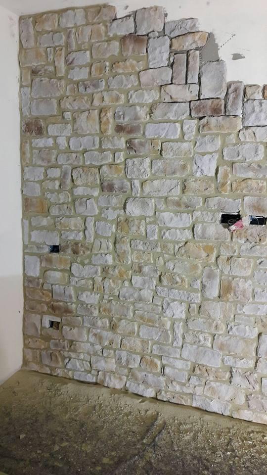 Suolo e pareti di pietra