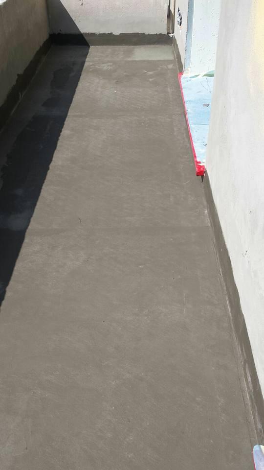 Pavimento di una terrazza coperto di cemento
