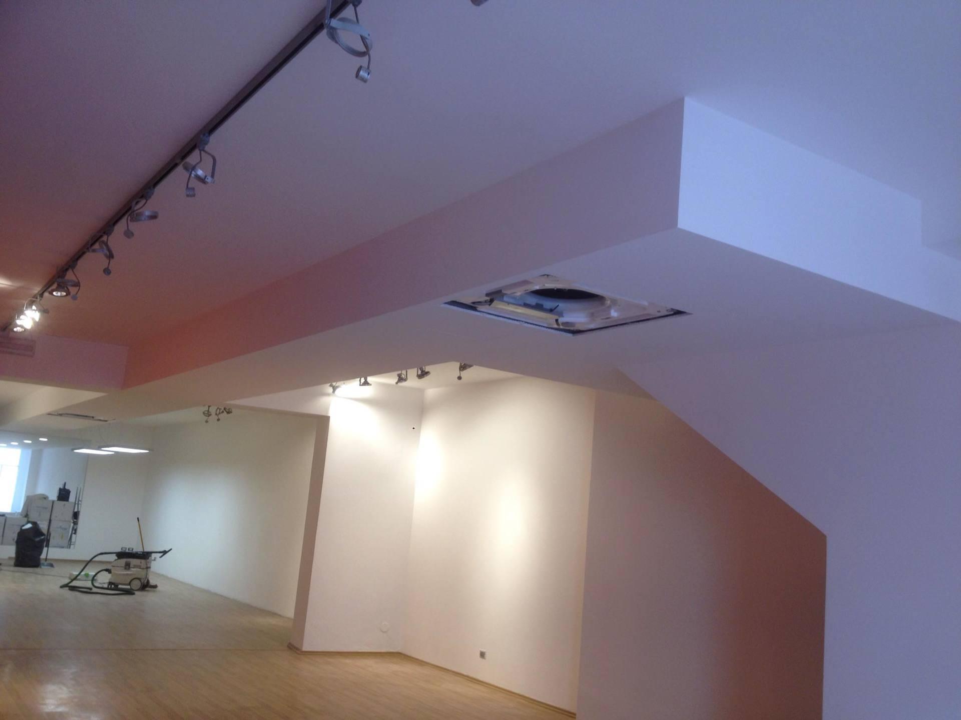 Locale con pavimento in legno, buco nel tetto per nuova sistemazione,guia elenco per installare le lampade ,al fondo un aspiratore e casse di cartone