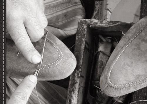 due scarpe di pelle e accanto una matita e una penna