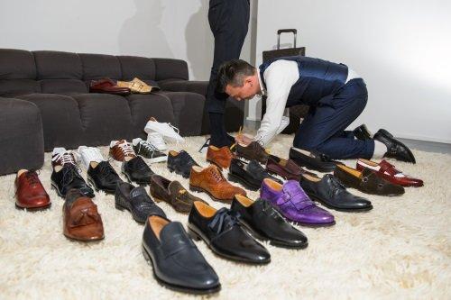 dei fogli con dei disegni di scarpe da uomo