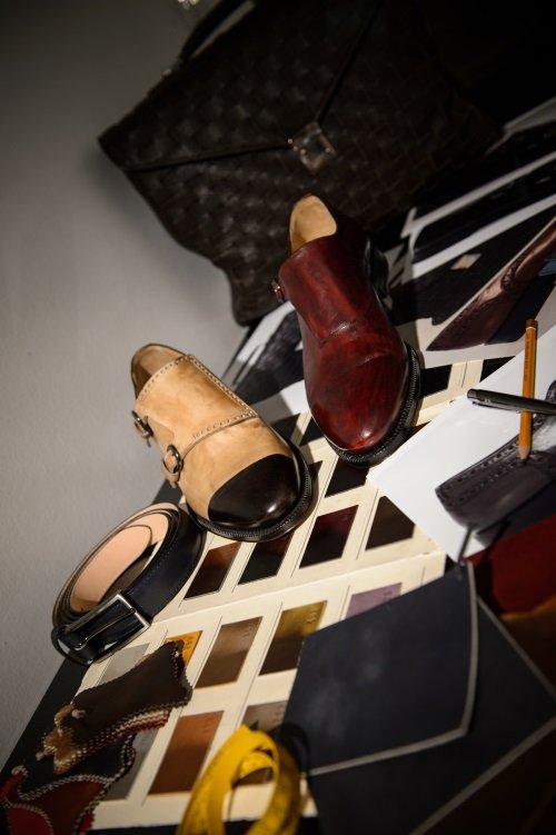 delle scarpe, una cintura e una borsa di pelle
