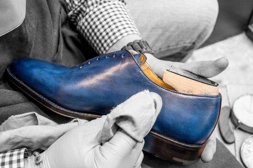 delle scarpe di pelle