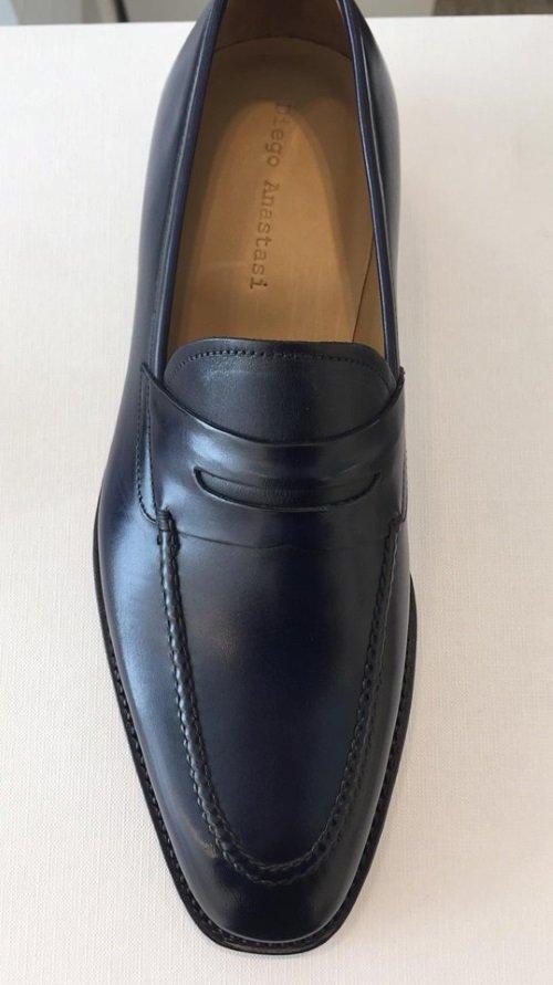 una scarpa di pelle da uomo con frange