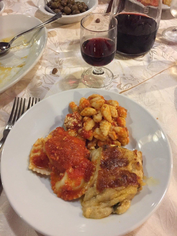 un piatto di tris di ravioli con sugo e delle lasagne