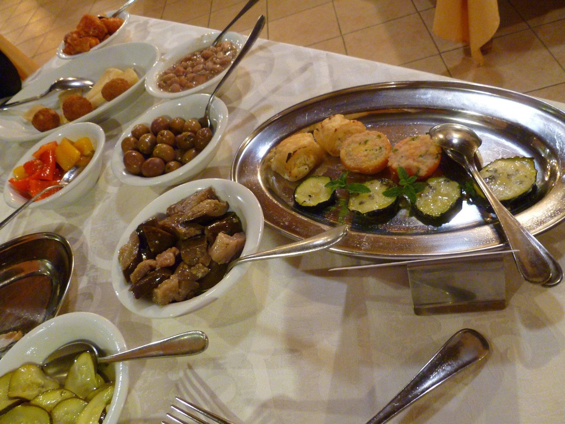 Piatti con melanzane, zucchine e delle olive