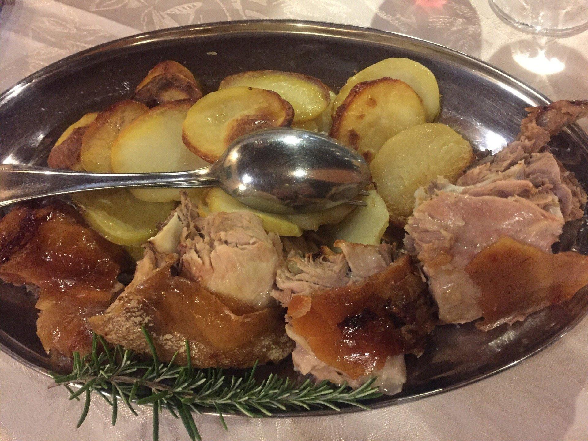 un piatto di carne e delle patate al forno