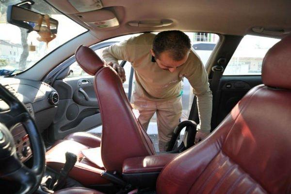 Ripulendo l'interno dell'auto