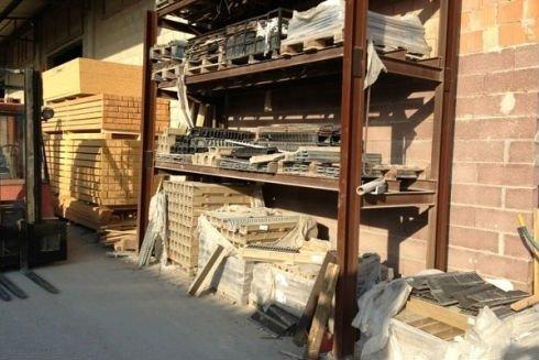 uno scaffale con dei blocchi di cemento
