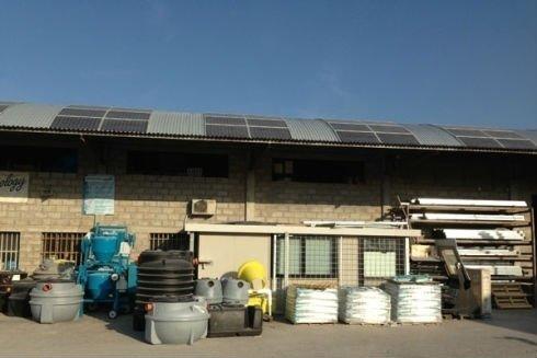 delle taniche e altro materiale edile all'esterno di un edificio