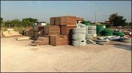 dei blocchi di mattoni e altro materiale edile