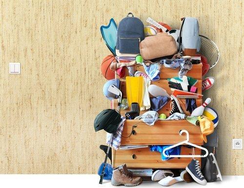 cassettiera con zaini scarpe e altri oggetti