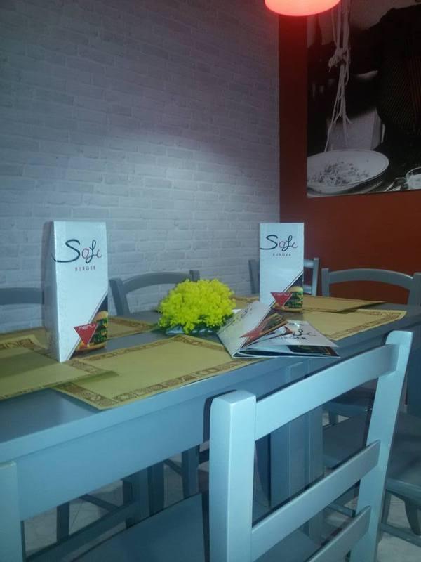tavolo apparecchiato nel locale SAFI BURGER