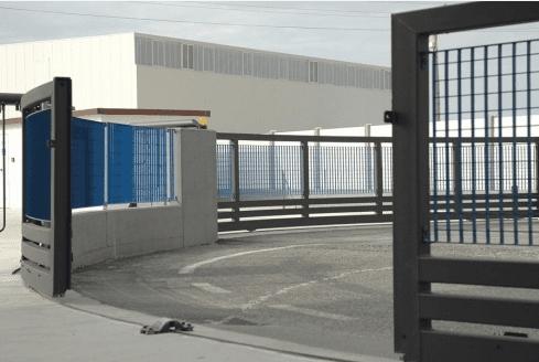 dettaglio cancello scorrevole calandrato aperto