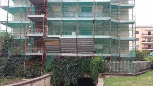 vista frontale di una casa con ponteggio