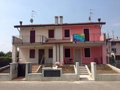 appartamenti bifamiliari a due piani, due strtture, una rosa una bianca