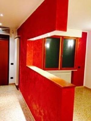 appartamento con pareti rosse