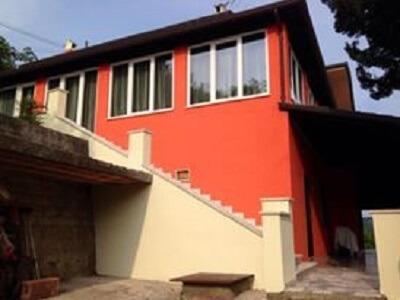 una casa con le mura rosse