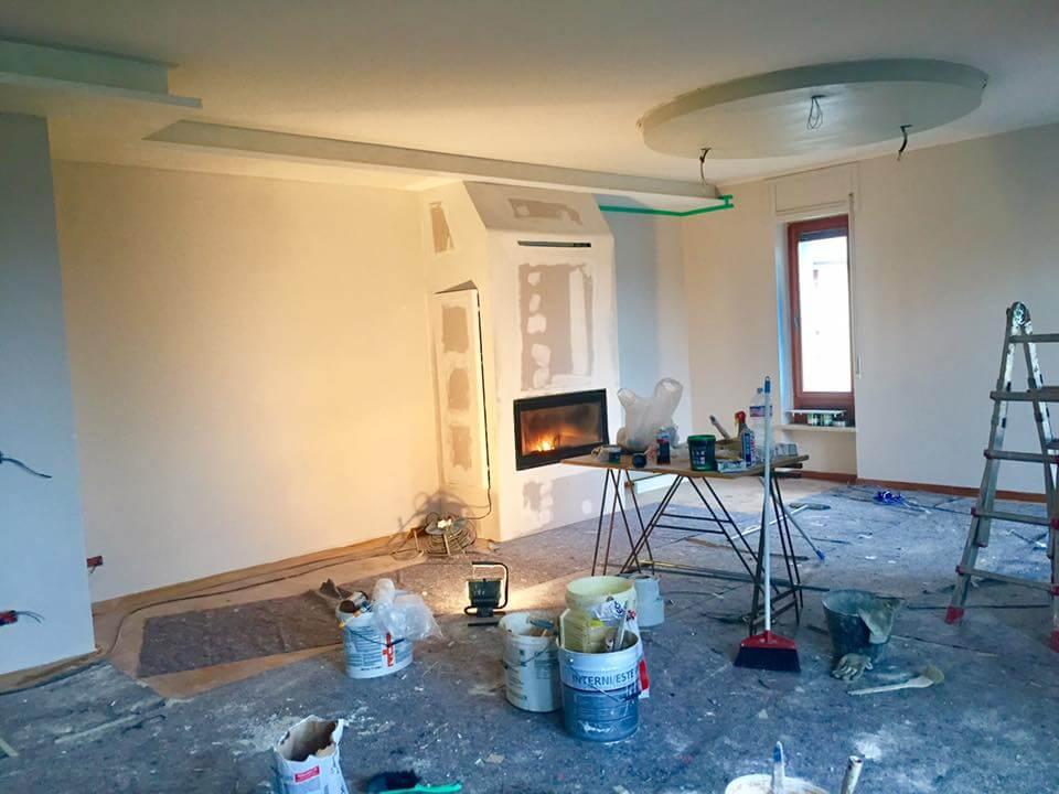 appartamento in fase di ristrutturazione con secchi di pittura sul pavimento