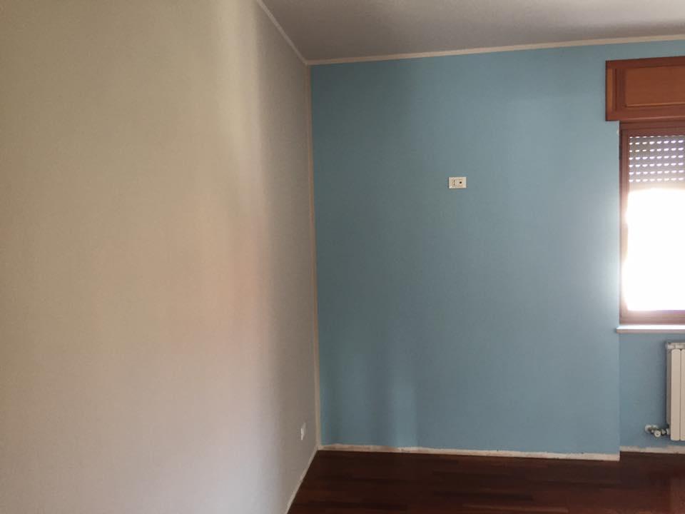 parete azzurra in una cameretta