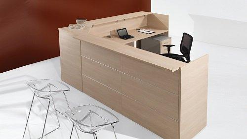 alta scrivania in legno chiaro