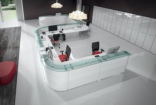 ampia scrivania a più posti, con ripiano in vetro