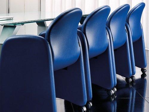 sedie blu in serie