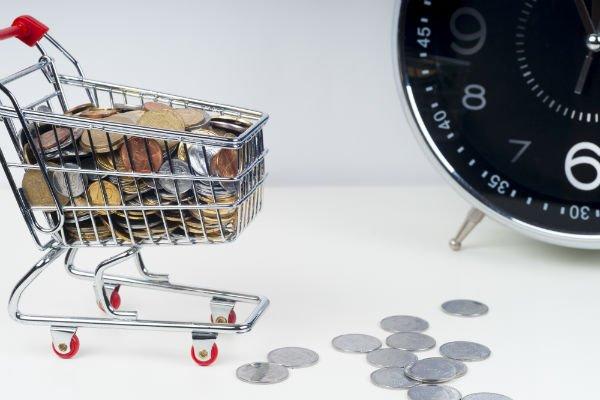 un carrello pieno di monete a simboleggiare il risparmio