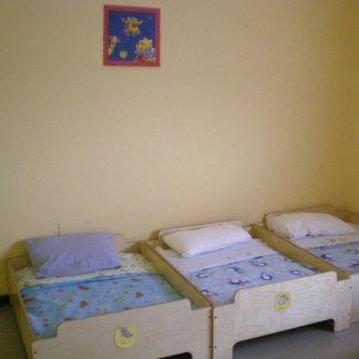 aula del sonno, lettini in legno