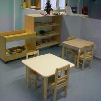 tavolini in legno, armadietti per i giochi