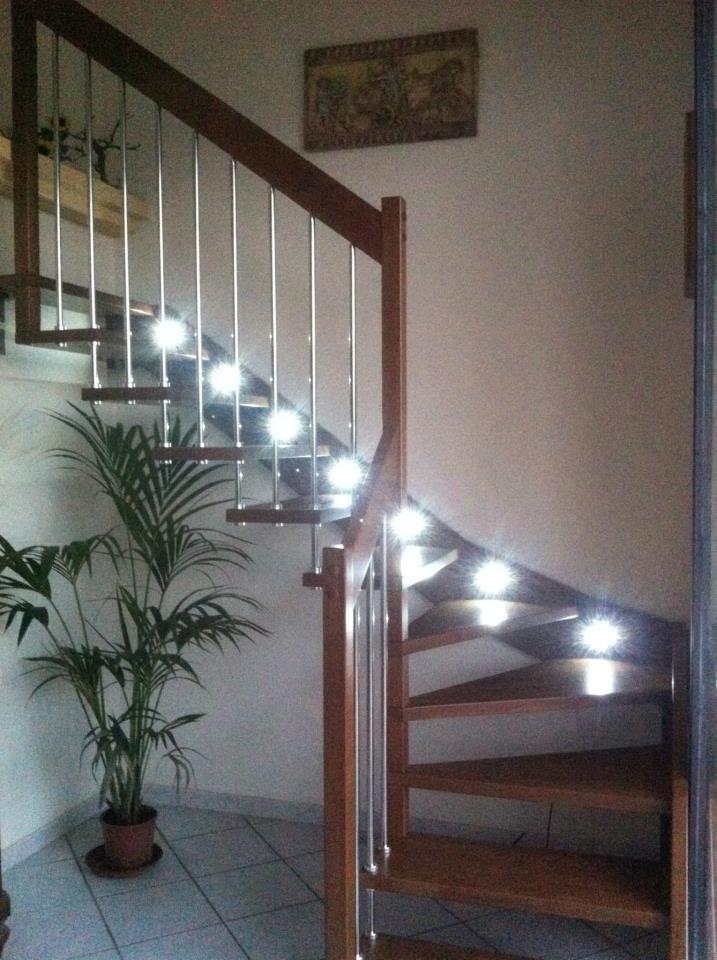 scala in legno con luce