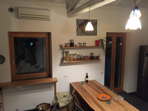 vista interna di una cucina con arredamenti in legno
