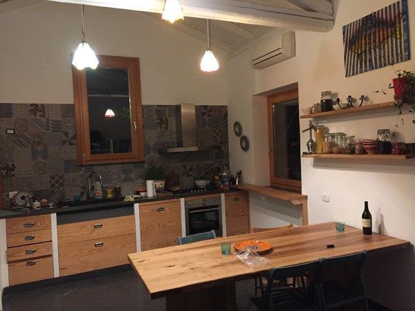 cucina con isola in legno