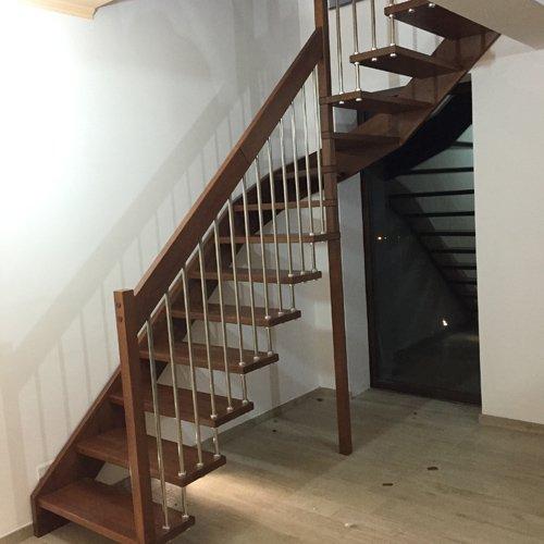 vista laterale di una scala in legno