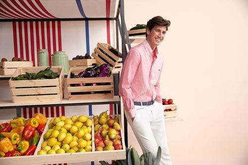 Modello con pantaloni bianchi e camicia rosa