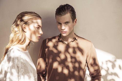 Modelli uomo e donna indossano due outfit casual