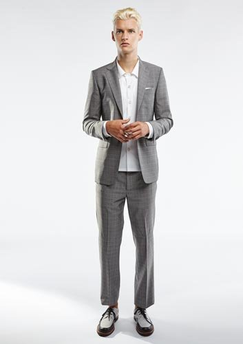 Modello con vestito elegante grigio