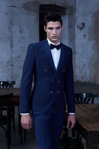 Uomo in giacca elegante blu