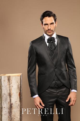 Uomo in giacca elegante nera