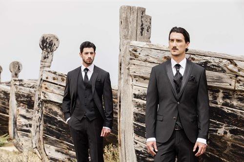 Due modelli con abiti da cerimonia neri