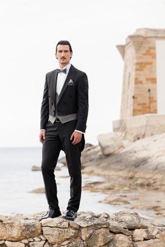 Modello con abito da cerimonia nero