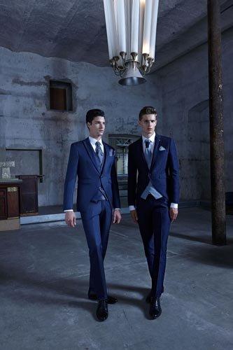 Due uomini in abiti da cerimonia blu