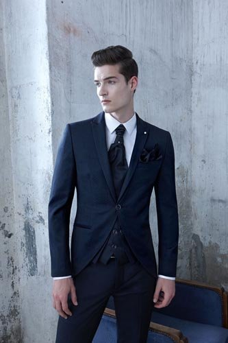 Ragazzo in abito da cerimonia blu