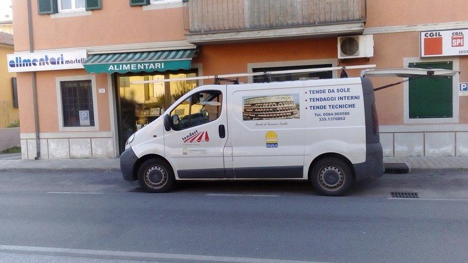 camioncino con insegna pubblicitaria parcheggiato