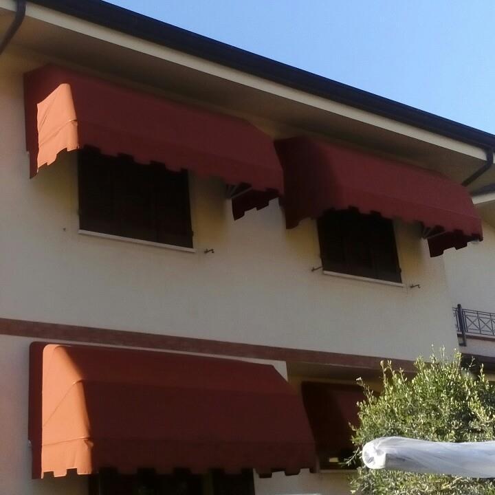 terrazze con tende rosse