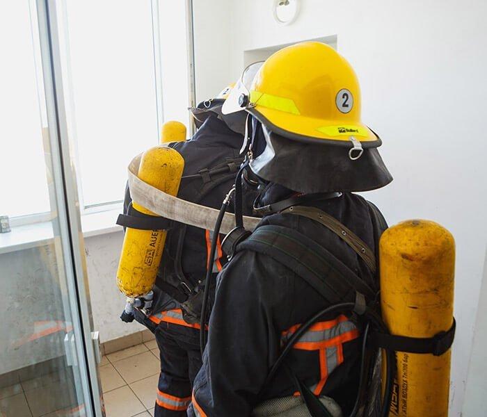 due pompieri che stanno entrando in un palazzo
